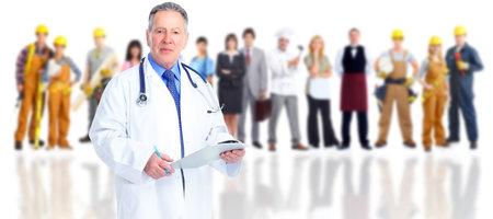 Starszy lekarz rodzinny nad grupą ludzi tle.