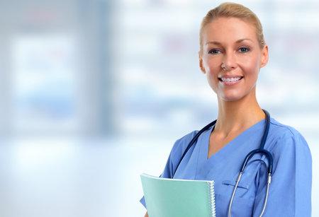 Glimlachende medische artsenvrouw. Gezondheidszorg achtergrond. Stockfoto