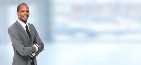 Afro-Amerikaanse zakenman op blauwe office achtergrond. Stockfoto