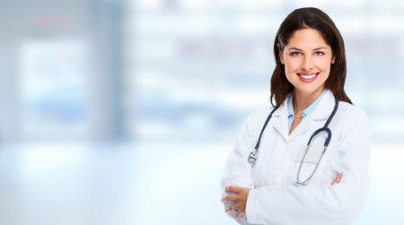 Arts vrouw op abstracte blauwe achtergrond.