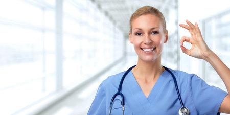 Mujer sonriente del médico. fondo de cuidado de la salud.