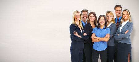 Groep van lachende mensen uit het bedrijfsleven over grijze achtergrond. Stockfoto