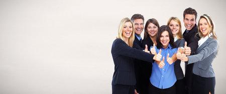 Groep gelukkige mensen uit het bedrijfsleven over grijze achtergrond.