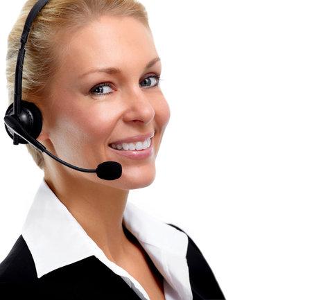 Mujer de negocios joven agente con auriculares sobre fondo blanco sonriente. Foto de archivo
