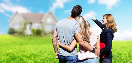 새로운 집 근처 부동산 에이전트 여자. 판매 개념 홈.