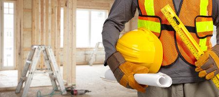 Travailleur de la construction avec un casque en gilet de sécurité orange. Banque d'images