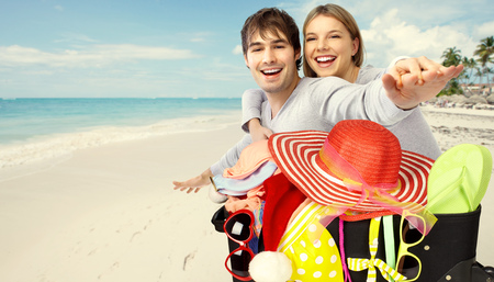 가방 비키니와 선글라스와 함께 휴가를위한 준비. 스톡 콘텐츠