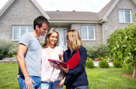 Immobilienmakler Frau in der Nähe von neuen Hauses. Haus zum Verkauf Konzept. Standard-Bild - 57947153