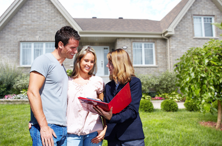 Inmobiliaria mujer agente cerca de nueva casa. Vivienda a la venta concepto.