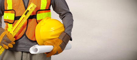 Travailleur de la construction avec un casque en gilet de sécurité orange.