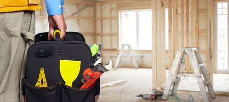 建設工具袋と職長の手。