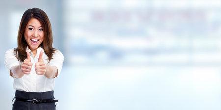 Feliz mujer de negocios chino sobre fondo azul.