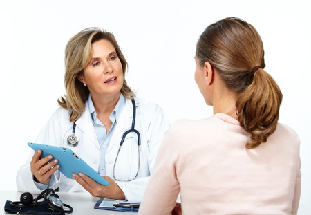 Vrouw van de arts en de patiënt geïsoleerd op een witte achtergrond. Stockfoto