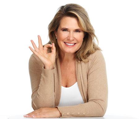 Mooie glimlachende senior vrouw portret op een witte achtergrond.