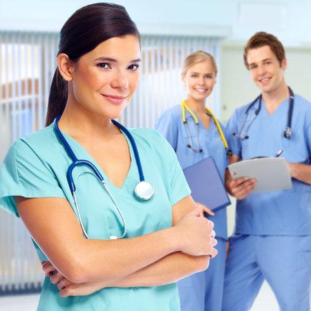 Grupa lekarzy i pielęgniarek w klinice medycznej.