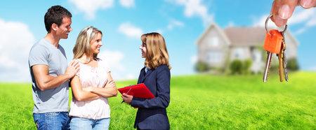 Agent immobilier femme près de nouvelle maison. Maison à vendre concept. Banque d'images - 58074376
