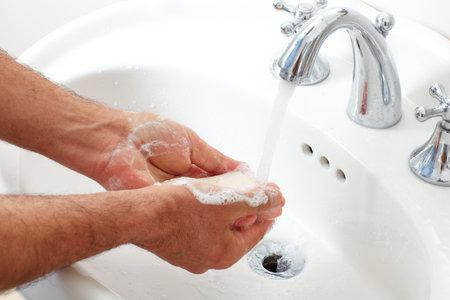 Man wäscht sich die Hände mit Wasser und Seife. Standard-Bild - 58326540