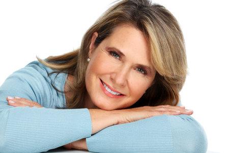 Mooie senior vrouw portret over een witte achtergrond. Stockfoto