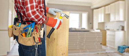tuttofare costruttore di strumenti di costruzione su sfondo di ristrutturazione.