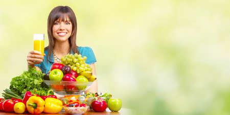 オレンジ ジュース野菜や果物と若いベジタリアンの女性。 写真素材