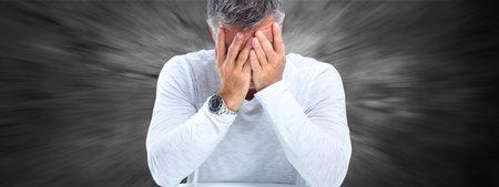 Vermoeide zakenman met hoofdpijn migraine. Stress en gezondheid.