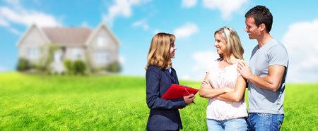 Real Estate agent vrouw in de buurt van het nieuwe huis. Huis voor verkoop concept. Stockfoto - 61820343