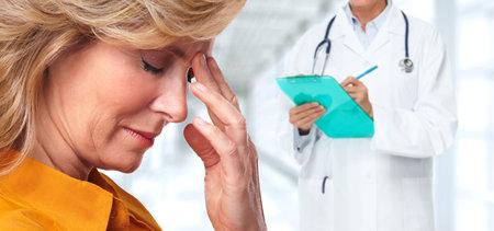 Vermoeide hogere vrouw met hoofdpijn migraine. Stress en gezondheid. Stockfoto - 61820299