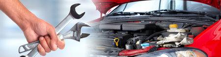 Handen van automonteur met moersleutel in auto reparatie service.