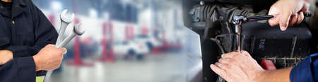 Handen van automonteur met moersleutel in auto reparatie service. Stockfoto - 62362527