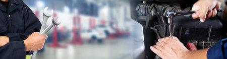 Mains de mécanicien automobile avec la clé dans le service de réparation automobile. Banque d'images - 62362527