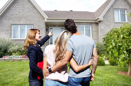 부동산 에이전트 여자 새 집 근처입니다. 홈 판매 개념입니다. 스톡 콘텐츠