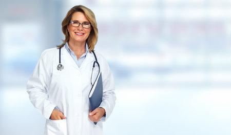 파란색 배경 흐리게에 수석 의사 여자입니다. 스톡 콘텐츠