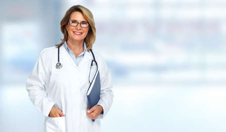 Senior arts vrouw op wazig blauwe achtergrond.