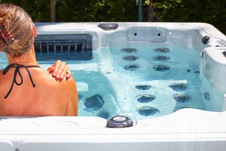 Jeune femme belle détente dans un bain à remous. Banque d'images - 63079145