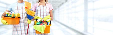 Jonge professionele Housemaid vrouw. Schoonmaak achtergrond. Stockfoto