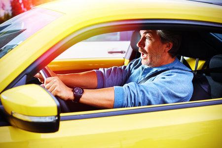Scared automobilist man ongeluk spanning frustratie van het verkeer. Stockfoto