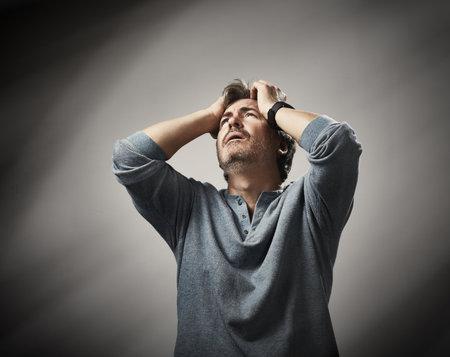 Emotionele gezicht uitdrukking van wanhoop hopeloos man. Stockfoto