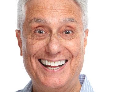 Gelukkig lachend bejaarde man gezicht glimlach geïsoleerd witte backgorund. Stockfoto