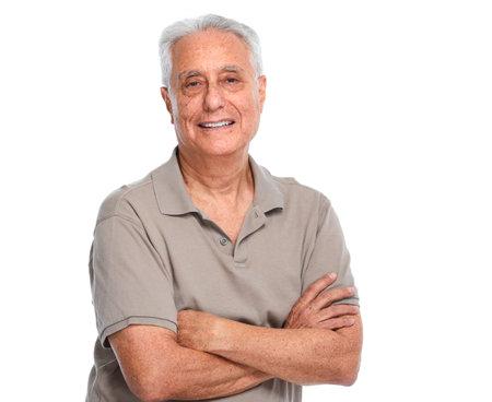 Sorridente ritratto di uomo anziano isolato su sfondo bianco.