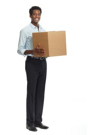 Sourire postier avec une boîte isolé sur fond blanc. Banque d'images - 64387280