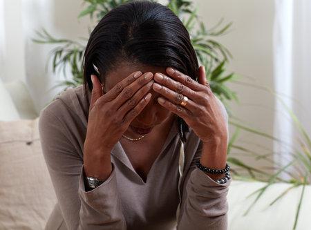 African-American kobieta cierpi na ból głowy objawem. Problem zdrowotny.