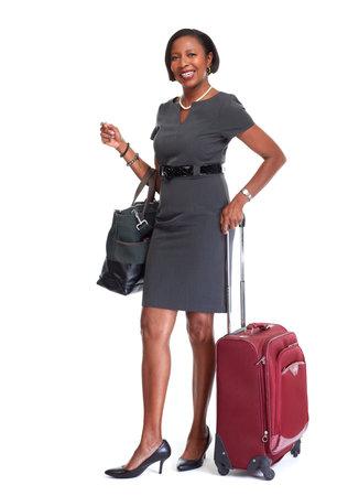 Volwassen Afro-Amerikaanse vrouw met koffer geïsoleerd witte achtergrond.
