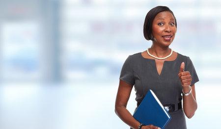 Gelukkig Afro-Amerikaanse zakenvrouw over blauwe achtergrond.