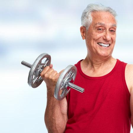 Forte uomo anziano felice con lo sport manubri e lo sfondo fitness. Archivio Fotografico