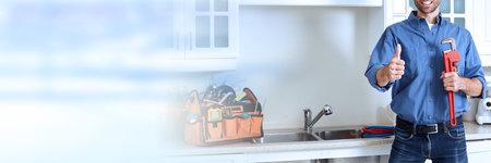 Plombier professionnel rénovation travaillant dans la maison de la cuisine. Banque d'images - 64862357