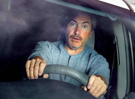 トラフィック車ドライバー男事故ストレス欲求不満を怖がらせた。 写真素材