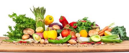 Biologische groenten op houten tafel geïsoleerde witte achtergrond