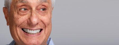 hombre cara sonriente de edad avanzada sonrisa feliz fondo gris.