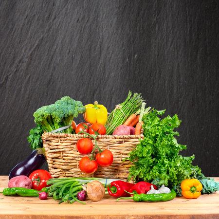 Diversas verduras orgánicas en la mesa en la cocina Foto de archivo - 65806354