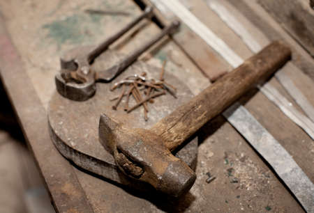 Old rusty vintage construction tools on workshop table 版權商用圖片